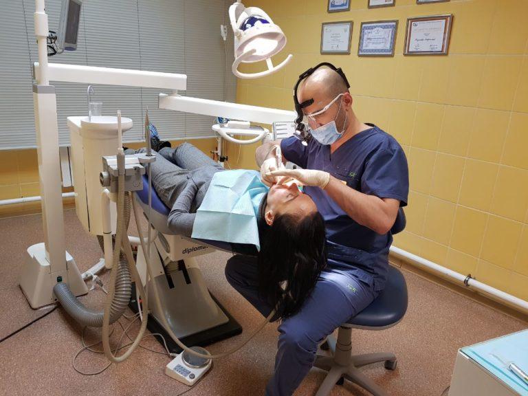 Стоматолог Хаджимурад Магомедов и пациент клиники