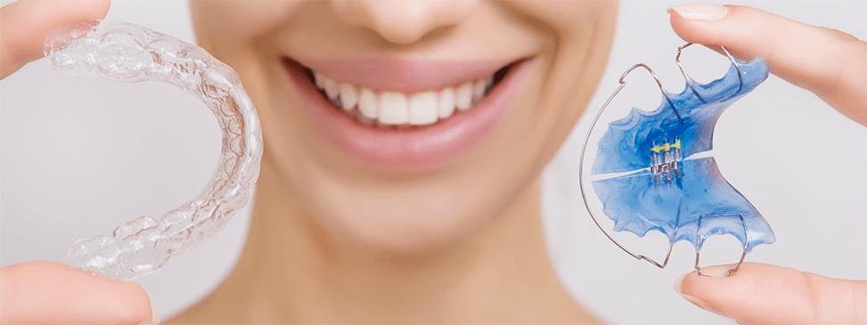 девушка и ортодонтические приспособления, капы и скобы для зубов