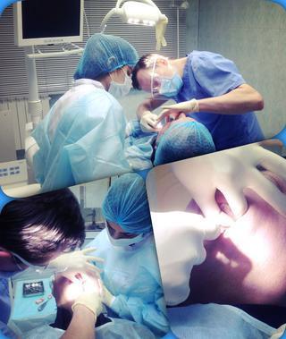 Осмотр пациента у имплантолога после имплантации зубов