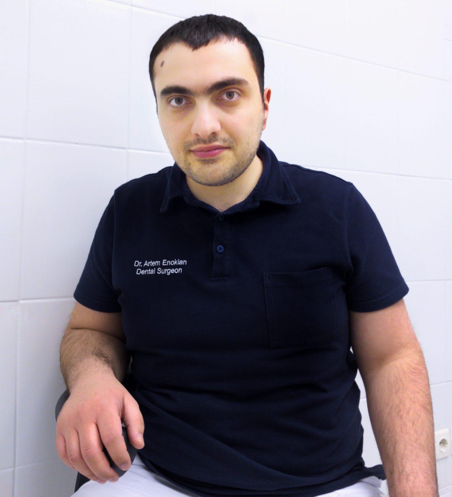 Имплантолог Енокян Артем Дживанови, чспециализируется на имплантации зубов