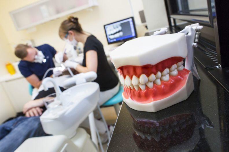 Осмотр после имплантации зубов и консультация о том что нельзя