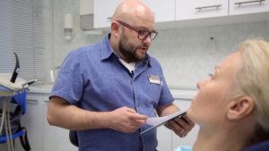 Пациент и стоматолог решают как сделать цену на имплантацию зубов дешево