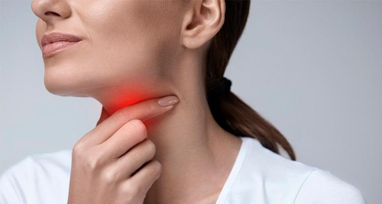 Почему после удаления зуба мудрости болит горло?
