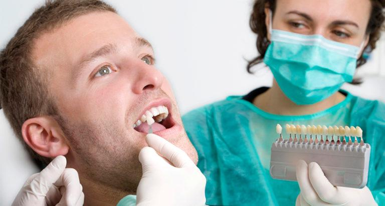 Стоматолог подбирает виниры