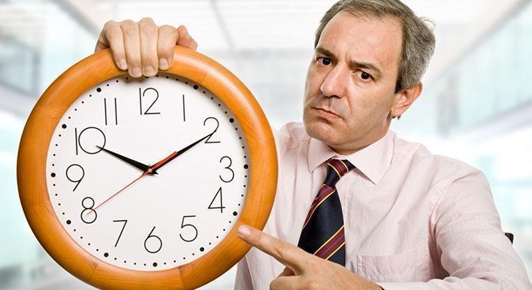 Мужчина указывает на время