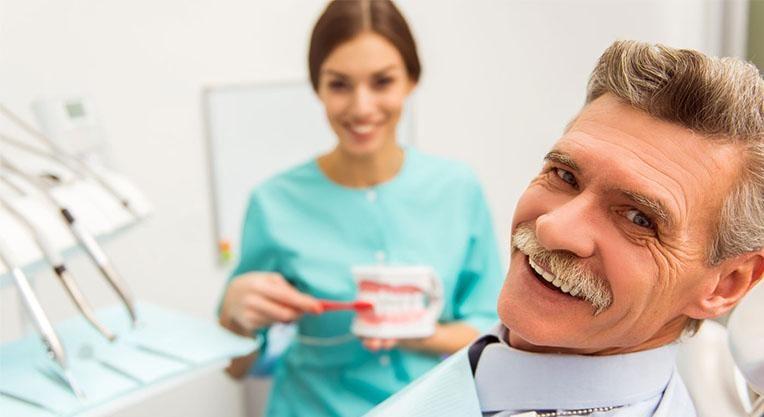 Пациент в кресле у стоматолога