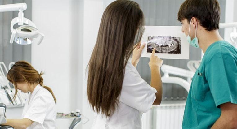 Осмотр снимка зубов врачом