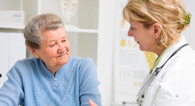 Врач и пациент в стоматологической клинике
