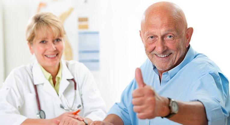 Пациент оценил стоматологическое лечение пальцем в верх