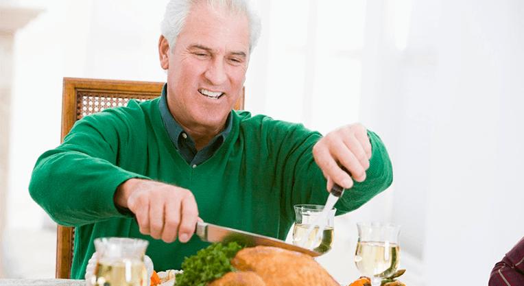 пациент стоматологии принимает твердую пищу