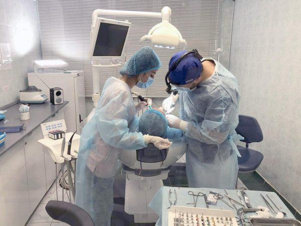 Операция имплантации зубов в стоматологической клинике