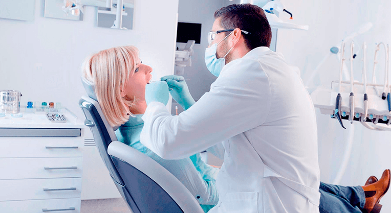 стоматолог и пациент в кресле