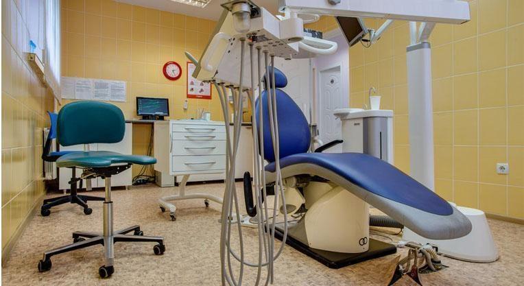 кабинет стоматолога и стоматологическое кресло
