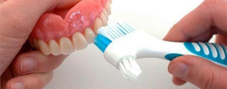 Чистка зубного протеза