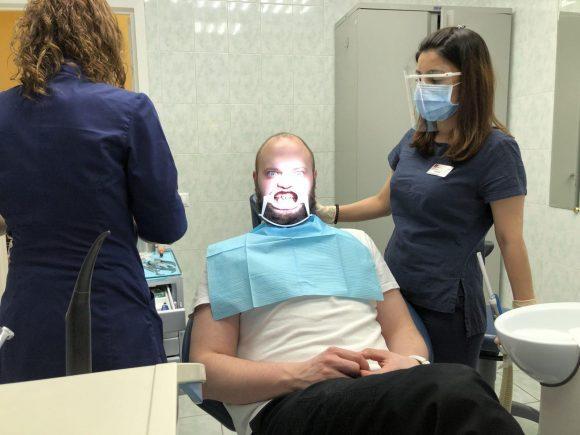 Пациент в кресле доктора ортодонта