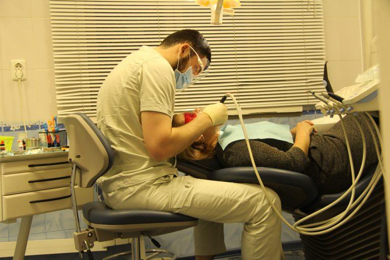 Ультразвуковая чистка зубов. Врач-стоматолог Саид Гайрабеков