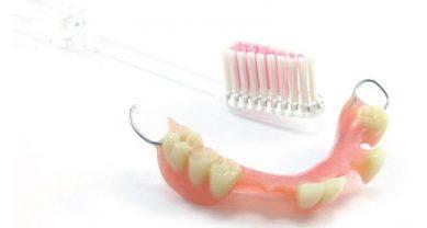 Чистка зубного протеза мягкой щеткой