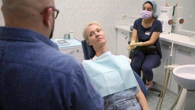 Пациент на бесплатной консультации по имплантации зубов