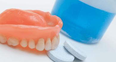 очищать протез с помощью специальных шипучих таблеток