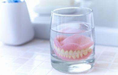 Замачивание зубного протеза в специальных растворах