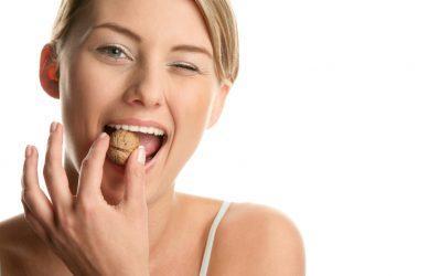 Грызть зубами грецкие орехи